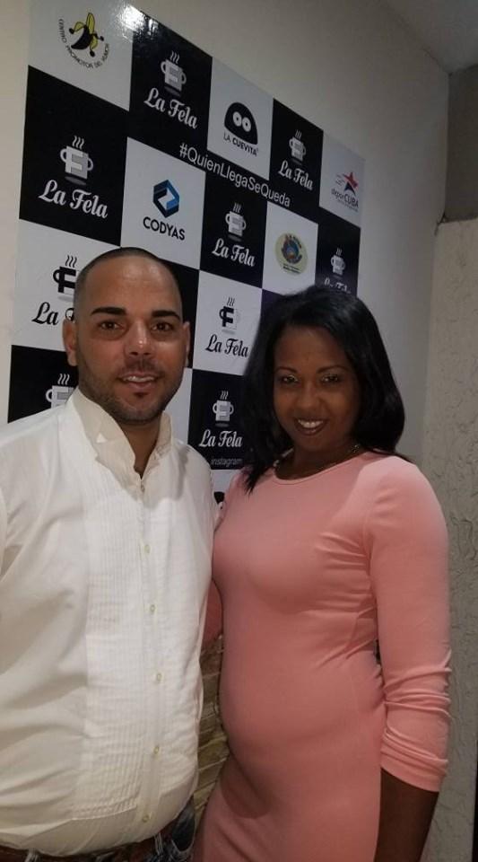 Adyz y su esposo posan para nuestra memoria gráfica